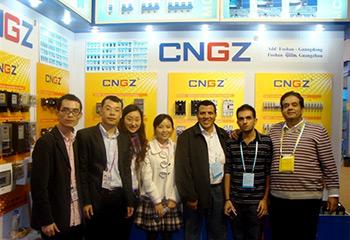 广珠电气展会现场与国外客户合影